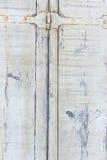 Дверь деревянных предпосылок старая от затмленных доск с архаическими железными плитами Стоковое Изображение RF