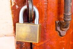 Дверь запертого дома деревянная Стоковая Фотография