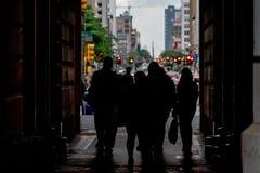 Дверь здание муниципалитета людей пересекая в улице Филадельфии Стоковая Фотография RF