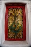 Дверь искусства виска святилища в ТАИЛАНДЕ Стоковая Фотография