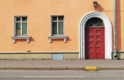 Дверь и окна оранжевого дома Стоковое фото RF