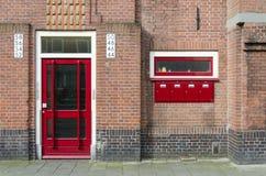 Дверь и почтовый ящик вне жилого дома в Амстердаме Стоковое Изображение RF