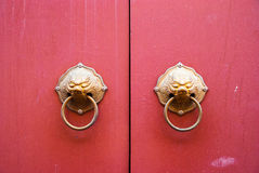 Дверь и ручка китайского стиля Стоковое Изображение