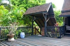 Дверь и терраса тайского дома стиля стоковые изображения rf