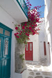 Дверь и цветки переулка городка Mykonos голубые Стоковые Фотографии RF