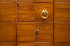 Дверь и knocker Стоковое Фото