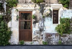 Дверь и Windows на старой кирпичной стене и старой серой стене цемента Стоковая Фотография