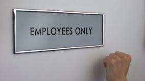 Дверь комнаты работников только, рука стучая крупным планом, ограничением входа, рабочим местом стоковое фото