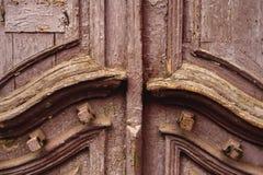 Дверь конца-вверх деревянная старая итальянская в историческом центре старая зодчества европейская Двукратная деревянная высекаен Стоковая Фотография RF