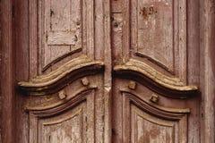 Дверь конца-вверх деревянная старая итальянская в историческом центре старая зодчества европейская Двукратная деревянная высекаен Стоковое Фото