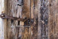 Дверь крупного плана старая деревянная с железным ржавым замком Год сбора винограда, Grunge Стоковые Фото