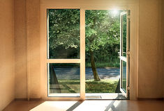 Дверь к лету Солнц-затопленная комната с открыть дверью к улице стоковое изображение