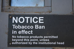 Дверь металла извещении о здоровья сигарет знака запрета табака Стоковое Изображение RF