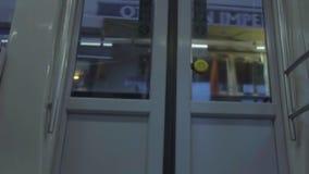 Дверь метро показывая улицу проходя снаружи акции видеоматериалы