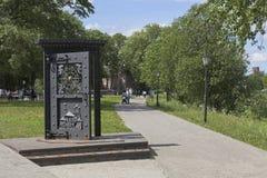 Дверь объекта искусства внутри на обваловке реки Vologda Стоковые Фото