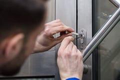 Дверь отверстия молодого человека стоковая фотография