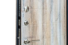 дверь открытая Замок, крупный план двери темного коричневого цвета Современный дизайн интерьера, ручка двери дом принципиальной с Стоковые Фото