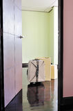 Дверь открытая к пустой комнате с картонными коробками и чемоданом Стоковые Фото
