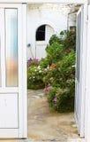 Дверь открытая к саду Стоковое Изображение RF