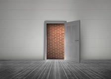 Дверь открытая показать красную кирпичную стену преграждая путь Стоковое Изображение RF