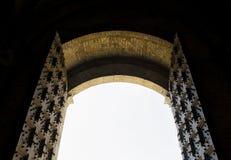 Дверь открытая Сиена старого стиля деревянная, Тоскана, Италия Стоковая Фотография RF