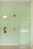 Дверь пожарной лестницы, огнетушитель, пожарная сигнализация Стоковые Фото