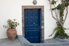 Дверь покрашенная синью деревянная греческая Стоковое Изображение