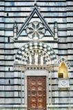 Дверь портала фронта баптистерего Пистойя готическая Стоковые Фото