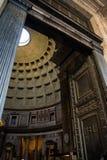 Дверь потолка взгляда угла пантеона Рима Италии входа стоковые фото