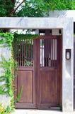 Дверь древесины коричневого цвета дома стоковое изображение