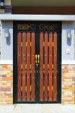 Дверь древесины коричневого цвета дома Стоковые Фотографии RF