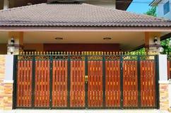 Дверь древесины коричневого цвета дома стоковая фотография rf