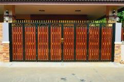 Дверь древесины коричневого цвета дома Стоковое Фото