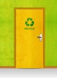 дверь рециркулирует знак деревянный Стоковая Фотография