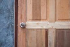 Дверь ручки, ключевых и деревянных на серой предпосылке Стоковое Изображение RF