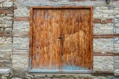 Дверь самого старого дома в деревне Lahic гористой сделанной камня в Азербайджане Стоковые Фото