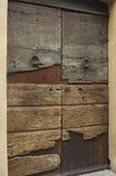 Дверь сделанная тухлых деревянных доск Стоковое Фото