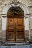 Дверь старого стиля с прорезной вышивкой Стоковое Фото