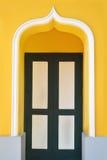 Дверь с желтой стеной Стоковая Фотография