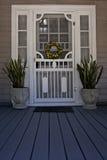 Дверь с защитной сеткой на парадном крыльце Стоковые Изображения RF