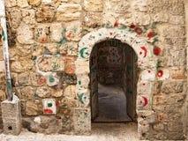 Дверь с исламскими маркировками хаджа Стоковое Изображение