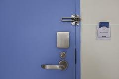 Дверь с комплектом замка нержавеющей стали и карточкой контроля допуска стоковые фотографии rf