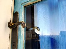 Дверь с красивой старой ручкой - затрапезный шик и винтажное влияние старого винтажного ретро стиля голубая деревянная стоковое фото