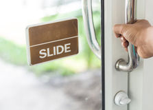 Дверь с рукой - сфокусированная рука Стоковая Фотография