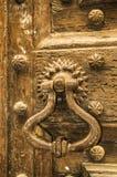 Дверь с старым knocker Стоковая Фотография