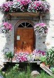 Дверь с цветками  Стоковая Фотография
