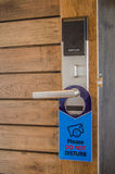 Дверь с ярлыком или знак для не нарушают Стоковое Фото