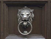 Дверь с knocker двери льва Стоковые Фото