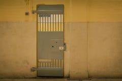 Дверь тюрьмы года сбора винограда железная в здании тюрьмы с космосом экземпляра в cin стоковое изображение