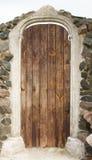 Дверь украшения в старом стиле Деревянная дверь и каменная стена Стоковые Фотографии RF